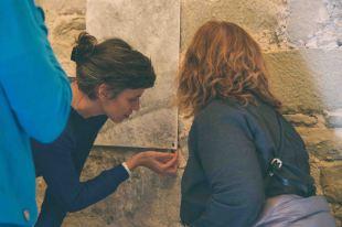 Mireia Coromina explicant la seva obra (foto: Marina Saenz de Pablo)
