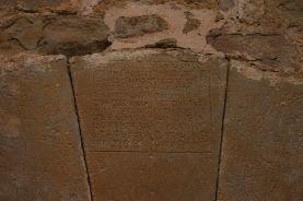 Vista de detall de la porta de l'església de Sant Martí del Clot, a la Vall de Bianya