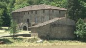 Vista general del mas Sobeies, a la Vall de Bianya