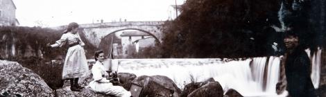 Vista parcial del riu Fluvià al seu pas pel pont de can Porxes i can Creu (1889-1923). ACGAX