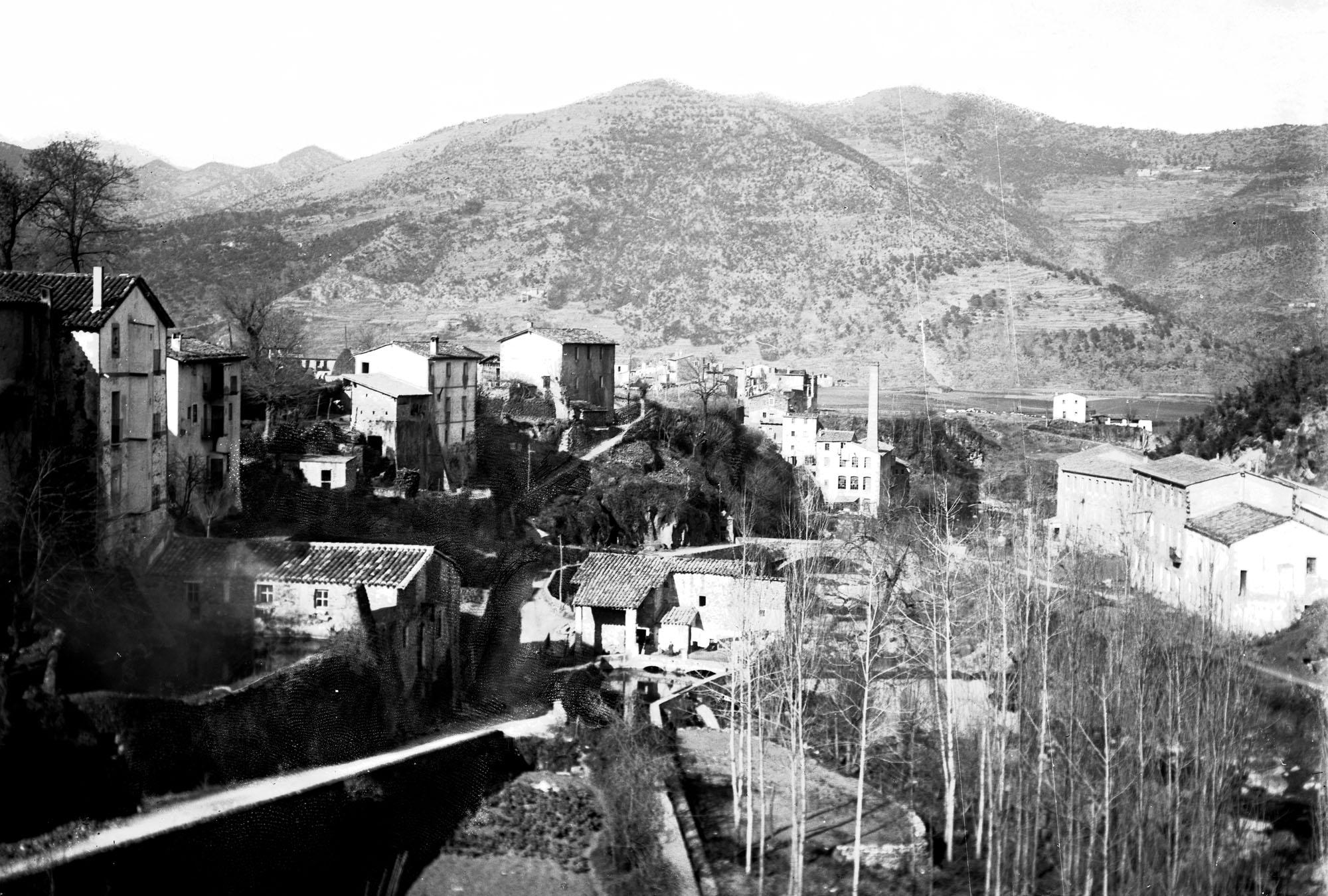 Vista parcial del riu Fluvià, al seu pas per la fàbrica de can Sabata, a la Canya, Vall de Bianya (1912-1930). Foto Gotarde. ACGAX.